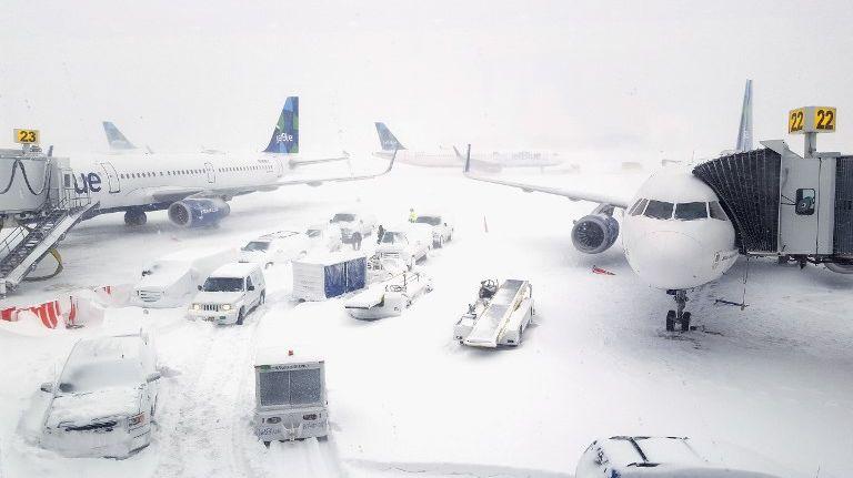 L'aéroport Kennedy à New York sous la neige, paralysé