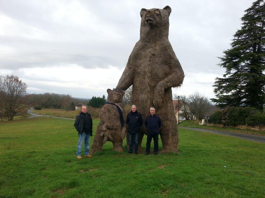 Des ours géants en paille
