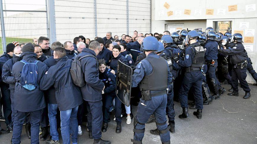 Les forces de l'ordre sont intervenues dans le calme ce jeudi matin pour déloger les surveillants massés devant les portes. (Archive)
