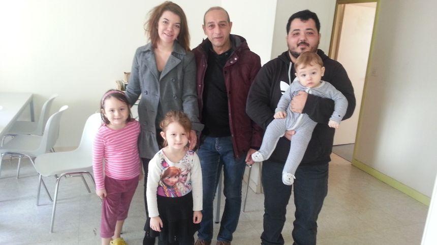 Trois travailleurs sociaux du relais chargés du suivi de ces appartements. Visiblement, le courant passe bien avec les enfants hébergés en compagnie de leurs parents.