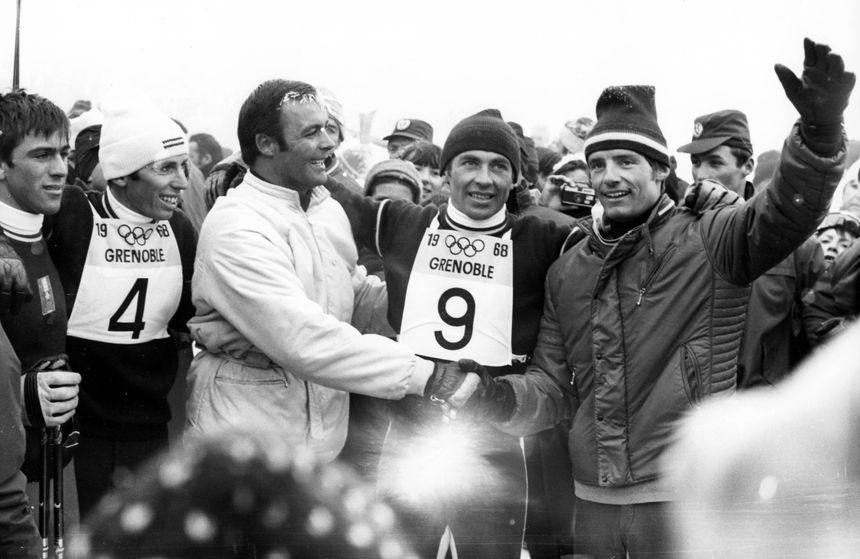 Karl Schranz (dossard n°9) et Jean-Claude Killy (à d.) juste après l'arrivée du slalom, à Chamrousse, le 17 février 1968.