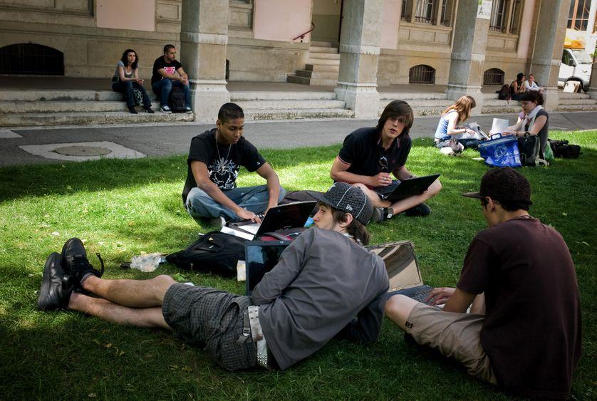 Des étudiants révisent leurs examens le 20 mai 2009, sur le campus de l'Université Lyon 2.