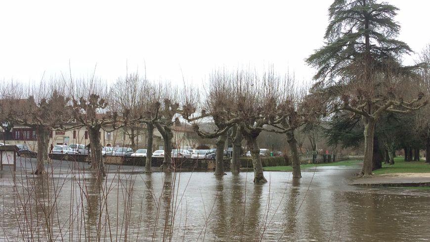 Les berges de la Dronne sous l'eau à Brantôme