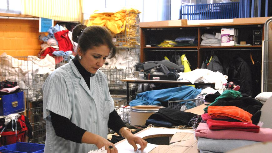 Les salariés de Vétis réparent les vêtements qui peuvent l'être