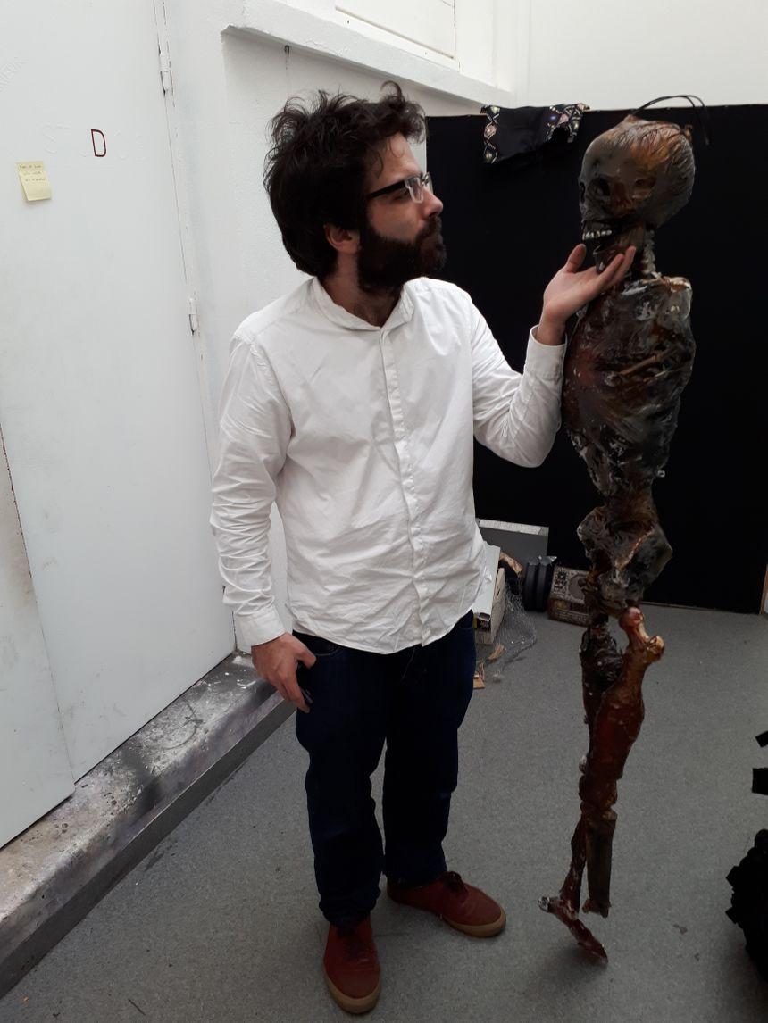 Le John Doe escape fabrique la grande majorité de ses décors et accessoires, comme ce squelette que tient Romain Le Bards