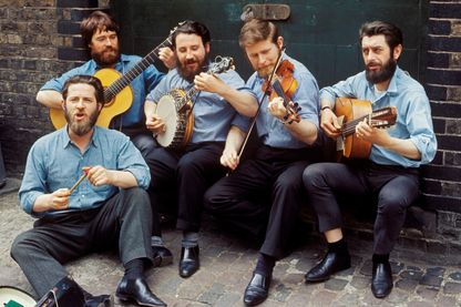 "Portrait du groupe ""The Dubliners"" avec Bobby Lynch, Barney McKenna, John Sheahan, Ronnie Drew et, Ciaran Bourke en 1965"