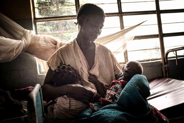 Les enfants, d'abord soignés avec des traitements traditionnels, arrivent dans un état critique au centre de santé.
