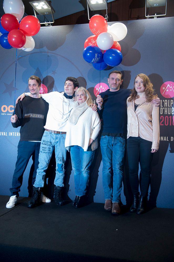 """La famille Tuche au complet lors de l'avant-première du film """"Les Tuche 3"""" au 21 Festival International du film de comédie de l'Alpe d'Huez en Isère"""
