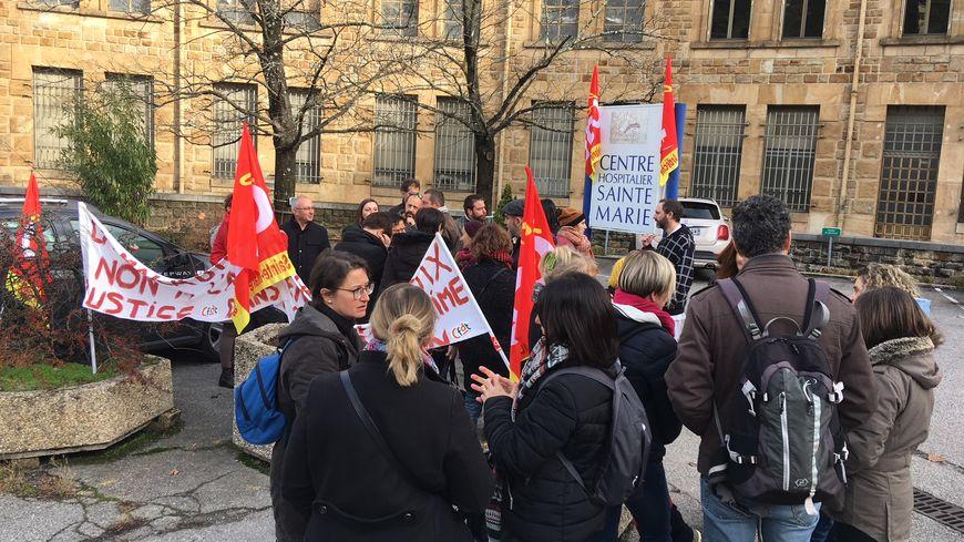 Une trentaine de personnels de l'hôpital Sainte-Marie ont manifesté, ce jeudi midi, à Privas en Ardèche.
