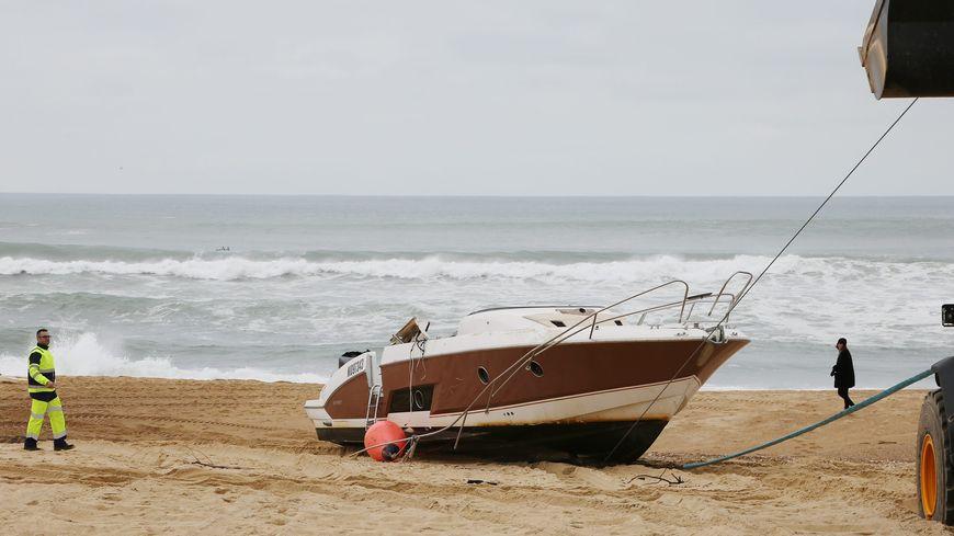 Le bateau de Pierre Agnès a été retrouvé à l'envers, échoué sur la plage du Boîteux à Hossegor.