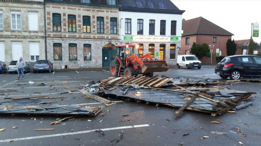 Les débris de la toiture de l'église