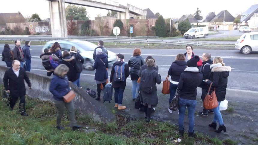 Plusieurs voyageurs se sont retrouvés sur le bord de la route