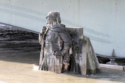 La statue du Zouave du pont de l'Alma partiellement submergée à Paris le 26 janvier 2018.
