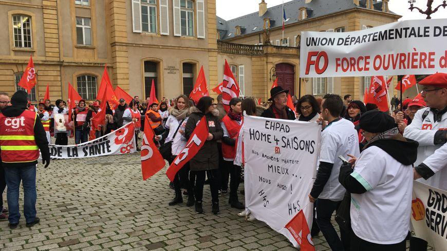 Rassemblement des personnels des EHPAD de Moselle devant le conseil départemental à Metz