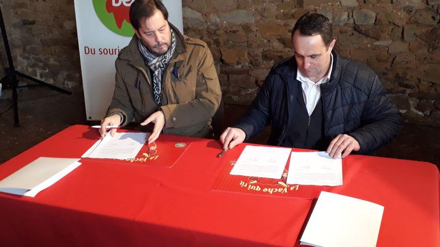 Signature du contrat de confiance entre Antoine Fiévet, le PDG du groupe BEL et Gilles Pousse, le président de l'APBO, l'association des producteurs de lait BEL ouest