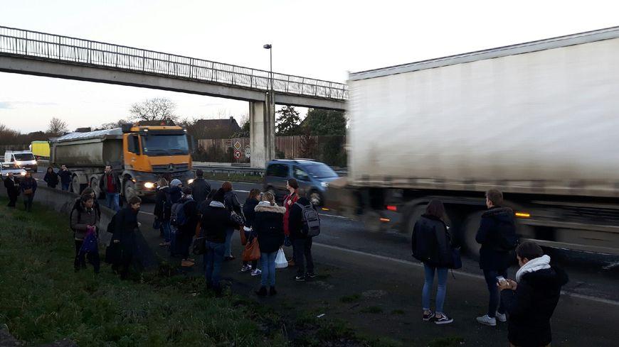Les voyageurs sont descendus du TER Redon-Rennes et se sont retrouvés le long de la 4 voies