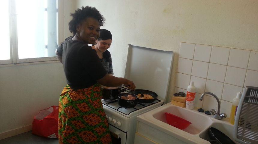 Une cuisine commune permet aux familles de se restaurer sur place.