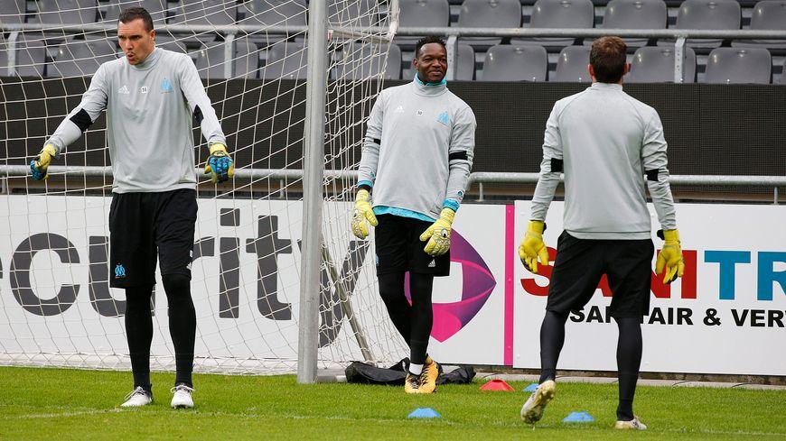 A gauche, Y Pelé, et au milieu le numéro 1 de l'OM Steve Mandanda : c'est bien ce dernier qui va défendre les couleurs du club face à Valenciennes en Coupe de France