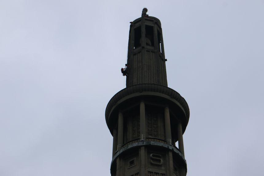 En s'approchant, on remarque la manoeuvre périlleuse : du hat de la tour (93m) jusqu'à la plateforme (60m), le brancard est descendu par l'extérieur.