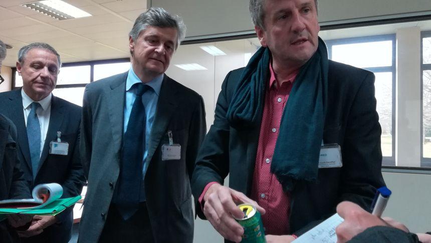 Le PDG d'Azur Med, Jean-Louis Escoffier, montre le principe de la canette refermable à Nicolas Forissier et à la presse