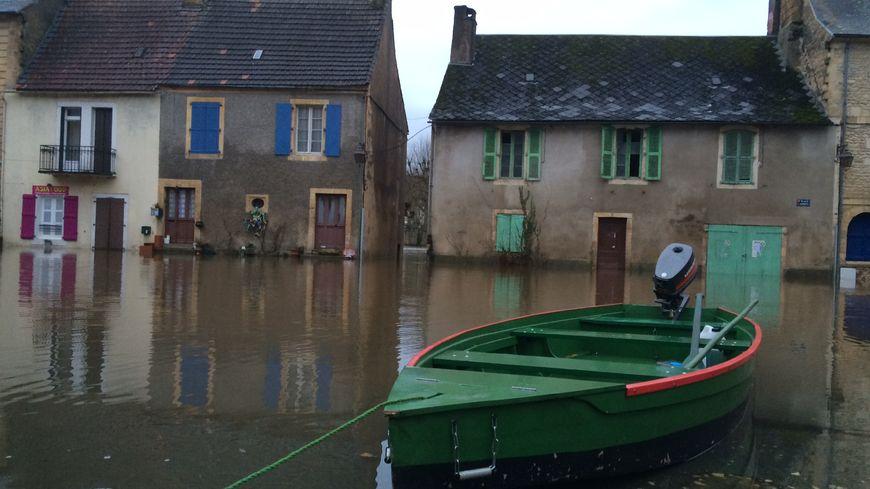 La place d'Armes à Montignac sous l'eau