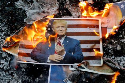 Un portrait du président américain Donald Trump brûle lors d'une manifestation dans la capitale, Téhéran, le 11 décembre 2017 pour dénoncer sa déclaration de Jérusalem en tant que capitale d'Israël