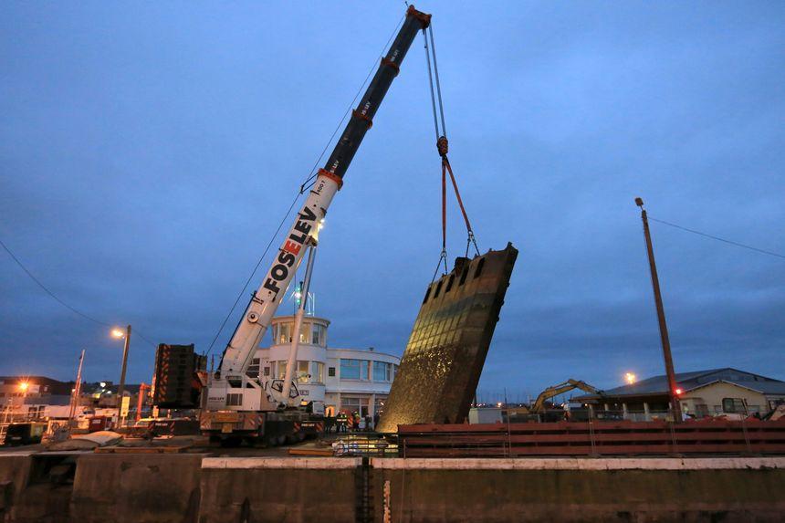 Il a fallu une grue de levage de 400 tonnes pour les manipuler.