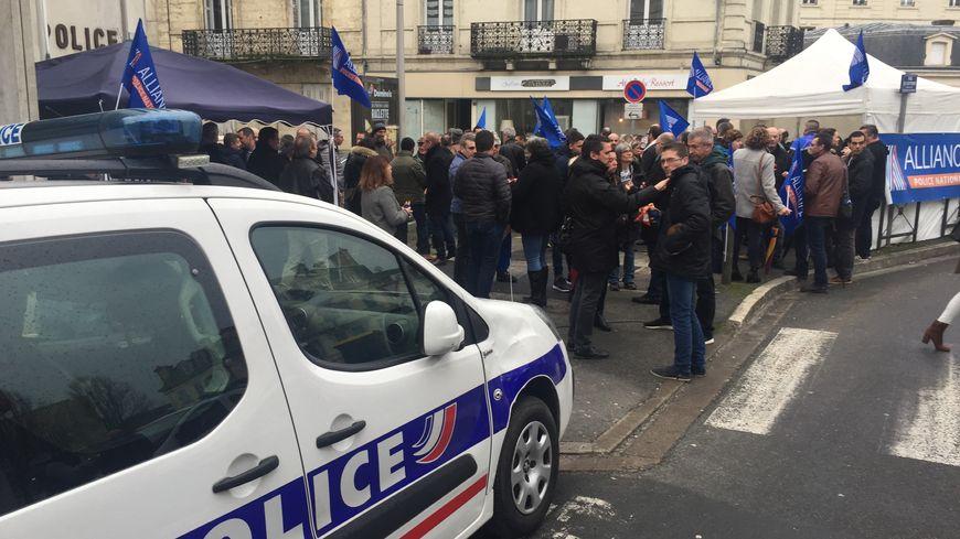 70 policiers rassemblés devant le commissariat de Périgueux