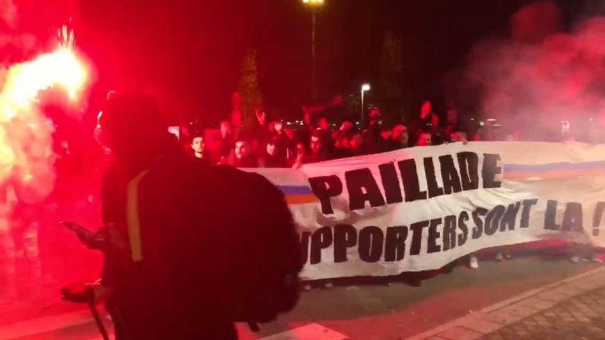 Les supporters pailladins étaient présents samedi soir à l'aéroport de Montpellier (Capture écran vidéo Twitter)