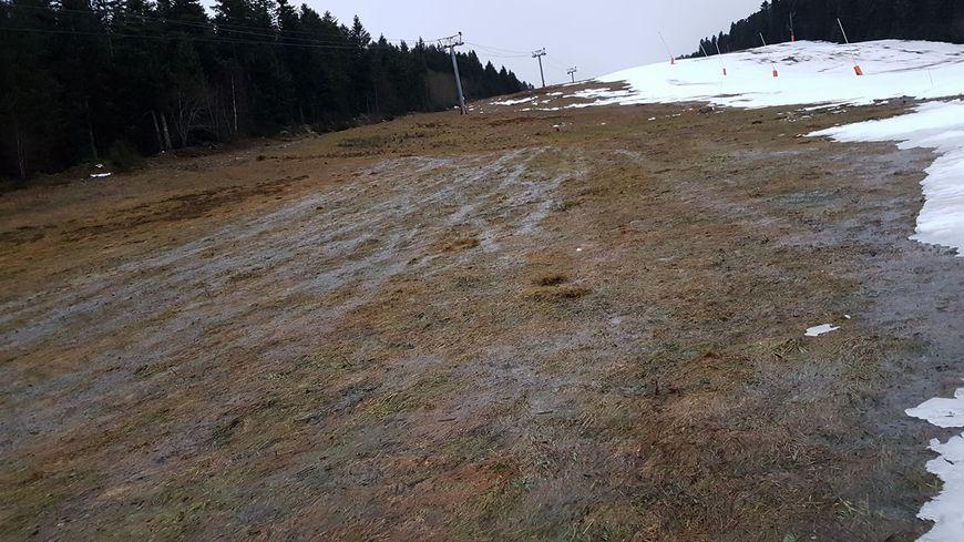 Manque cruel de neige à la station de ski de Chalmazel pour les vacances