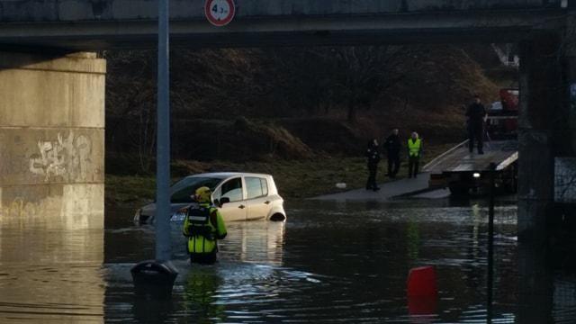 Une voiture bloquée par la montée des eaux à Pontarlier.