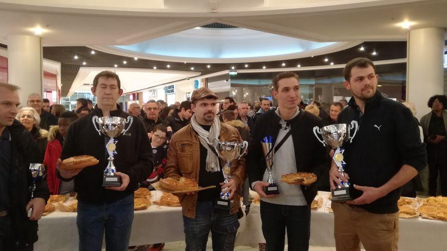 De gauche à droite les gagnants  : Sébastien Mouette (galette briochée),  Fabien Ménard (galette Frangipane) et Cédric Licois (galette originale).