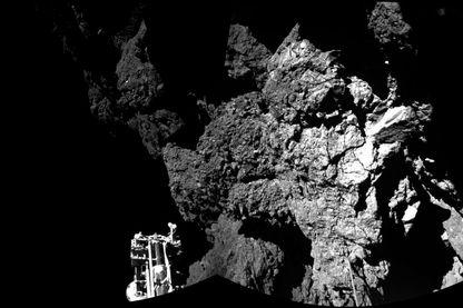 La sonde Philae de l'Agence Spatiale Européenne (ou ESA) se pose sur la comète Tchoury