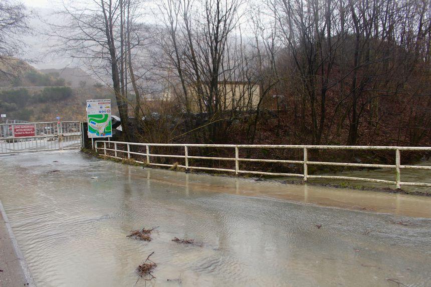 Toujours à Lepuix, l'eau envahit les ponts
