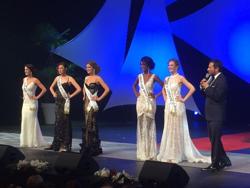 Six des douze finalistes en robe de soirée.