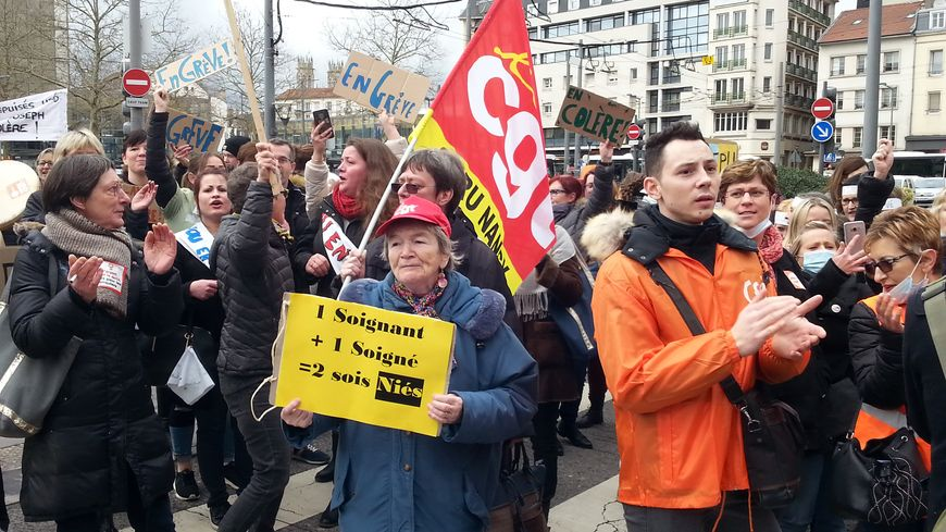 Des résidents d'Ehpad ont pris part au rassemblement devant l'Agence régionale de santé