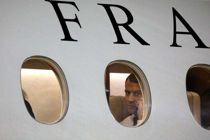 Emmanuel Macron à bord d'un Falcon 7X de la République française (ici, sur le tarmac de Niamey au Niger le 22 décembre 2017)
