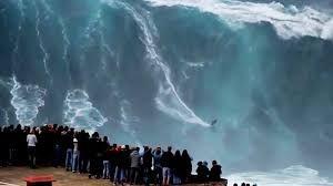 Surfer la vague de Nazaré au portugal  c'est le projet des deux surfeurs et amis  Cédric Giscos et Lionel Janssen