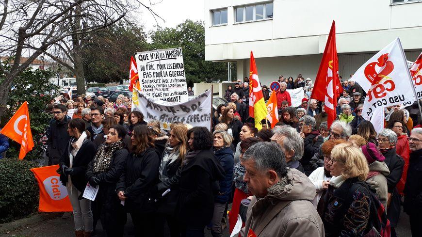 Les manifestants à Pau avaient rendez-vous à 14h, devant le siège de l'ARS, l'agence régionale de santé.