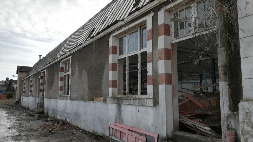 Ces bâtiments, aujourd'hui à l'abandon, servaient à la confection des chemises.