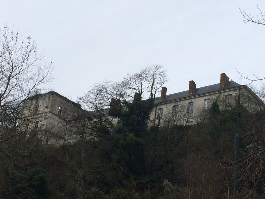 Le château de Tancarville est au pied du pont et de l'A13