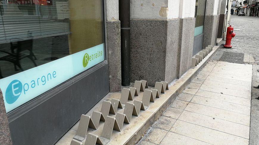Ces picots sont installés pour dissuader les SDF de s'allonger ou de s'asseoir sur ce bout de mur rue de la Liberté à Dijon