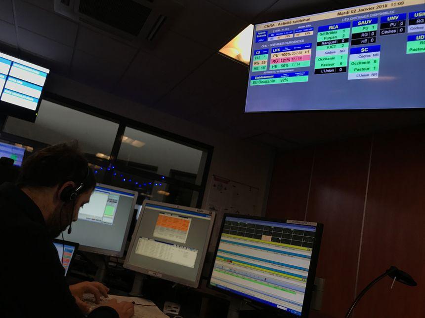 Des écrans affichent les capacités d'accueil des hôpitaux en temps réel.