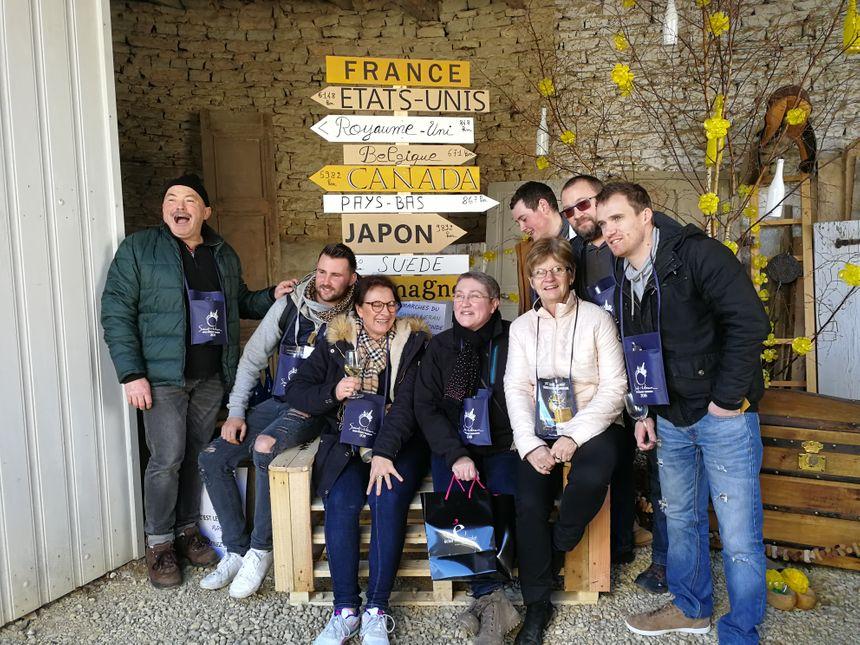 Dédé et ses amis, ils posent au pied d'une installation qui détaille les principaux pays clients de l'appellation Saint-Véran
