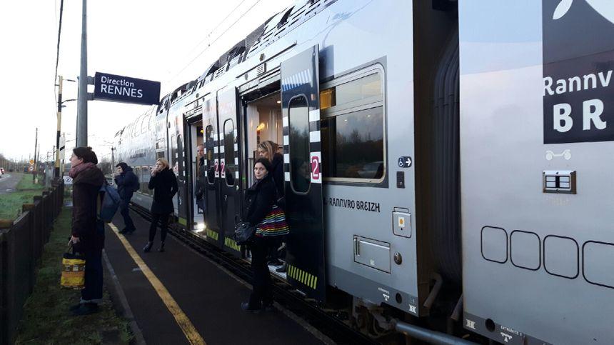 Les voyageurs sont descendus après que le conducteur a ouvert les portes du train