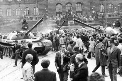 1968, Les citoyens de Prague essaye de persuader les soldats soviétiques qu'il n'y a pas de guerre civile