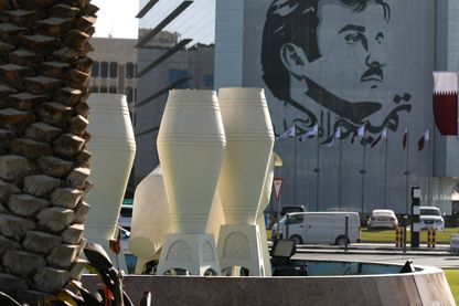Un portrait de l'émir du Qatar, Sheikh Tamim bin Hamad Al Thani, sur l'immeuble de la Banque Nationale du Qatar à Doha, la capitale