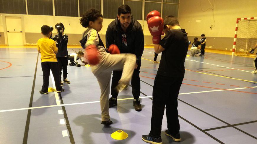 Muhamet Kaya, animateur sportif (19 ans) supervise l'entrainement des plus jeunes.