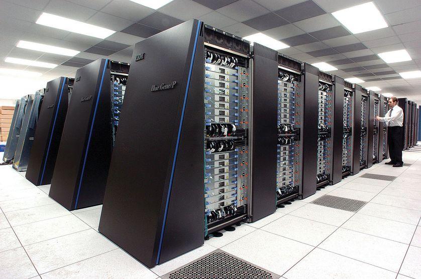 Le supercalculateur IBM Blue Gene/P de l'Argonne National Laboratory fonctionne avec 250 000 processeurs utilisant un système de refroidissement standard par air, groupé dans 72 racks/cabinets et interconnectés par un réseau de fibre optique à haute