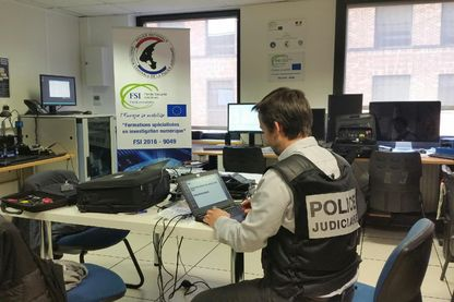 Dans un laboratoire de la police où les investigateurs en cybercriminalité tentent de faire parler le contenu d'ordinateurs ou de téléphones portables.